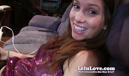 Filmé sur une caméra amateur alors qu'elle fait l'amour avec la brune et femme chien xxx sort du cul.
