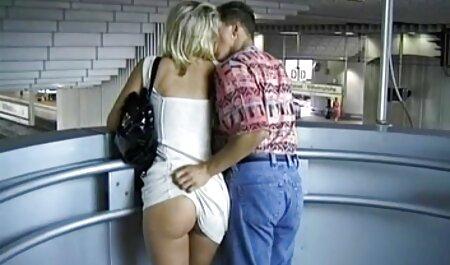 L'homme chanceux est porn belle mere entouré de deux liens sensuels.