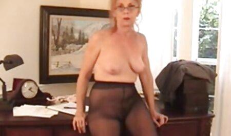 Un homme qui a la chance de ramener deux video maman xxx jolies filles à la maison.