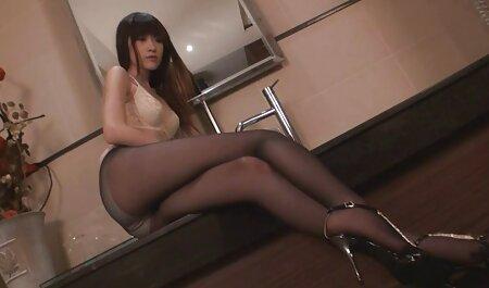 Jolie brune souffle son petit femme avec animal porno ami.