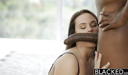 La beauté sombre saute porno maman avec sa fille sur la grosse bite