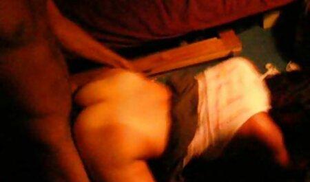 Ébène baise elle-même dans le cul porno x chien et l'homme lèche son vagin.