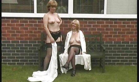 Blonde femme et homme porno masturbation avec des rayons UV