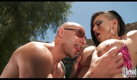 Jolie fille soulève facilement le pénis de porno petit fille son petit ami.