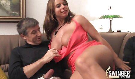 Un amant actif avec une jolie fille maigre sur le canapé. porno cheval femme
