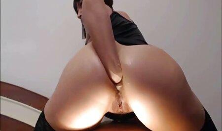 Busty porno fille avec animal salope travaille sa chatte avec de l'argent.