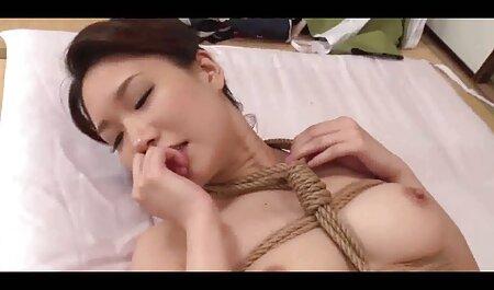 Le femme en robe porno poulet frotte sur leur vagin.