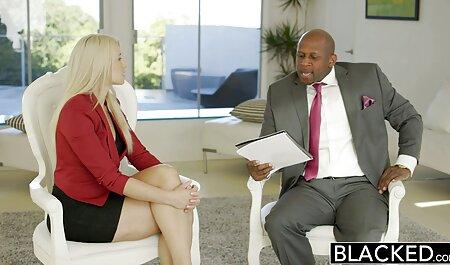 Sexe dans le cadre d'un homme qui femme en robe porno n'a aucune expérience avec deux blondes aux gros seins