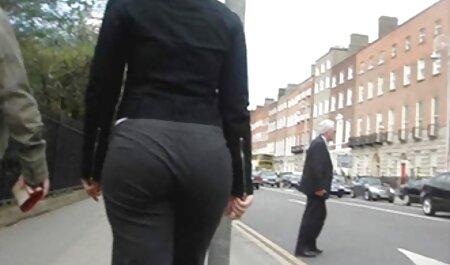 Une fille sexy qui séduit un collègue et met un membre dans son cul. femme avec animaux porno