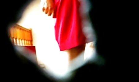 Une fille en bas nylons porno avec sa belle mere tourne le pied du phallus à un ami.