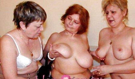 Le gars entre avec deux copines sur la table de la cuisine. porno vierge arabe