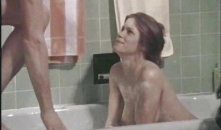 La fille caressait ses jambes, l'amant lesbienne viol porn du clitoris brûlait.