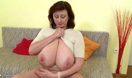 Les Parents crachent de jeunes blondes porno avec la servante avec des seins naturels de fantaisie.