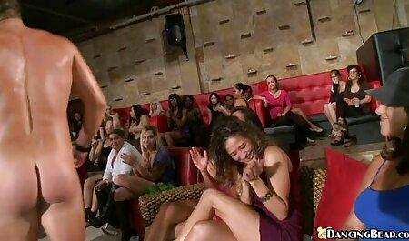 Natasha Koroleva se masturbe porno avec les femmes devant la caméra.