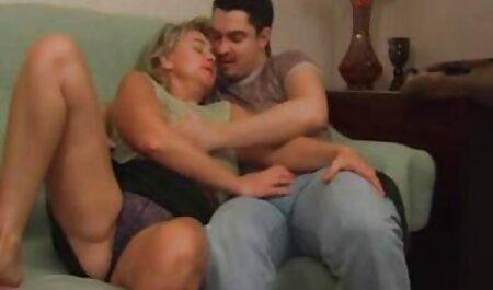 Les hommes adultes ont filmé porno animaux femme une jeune prostituée pour le sexe.