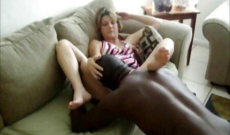 Horny Blondie porno une femme et un chien sent un nouveau gode dans le vagin.