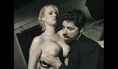 Brune chaude pris dans les mains d'un homme fille et chien porno adulte.