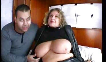 L'homme a réussi à donner porno fille et animal un orgasme à deux blondes.