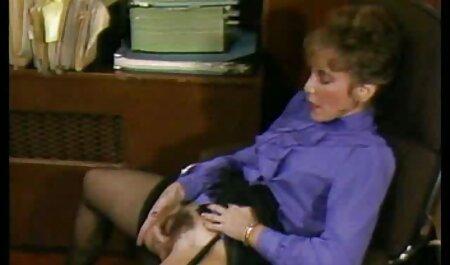 Salope avec des porno chien femme lunettes cassées dans les films porno.