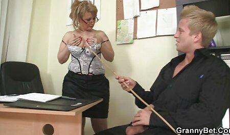 Une jolie fille aime grande femme xxx baiser un homme en premier.